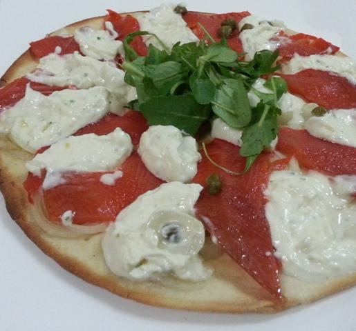Pizza de palometa ahumada, alcaparras, mascarpone y rúcula
